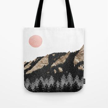 商品Flatirons Boulder Colorado - Climbing Gold Mountains Tote Bag图片